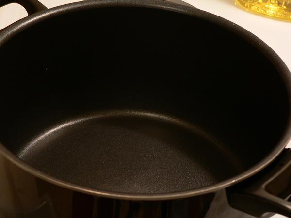 Heat up the saucepot.