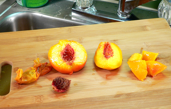 Peach Jam, split the peaches, remove the stone and cut the peaches.