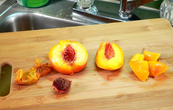 Peach Jam, split the peaches, remove the stone and cut the peaches.