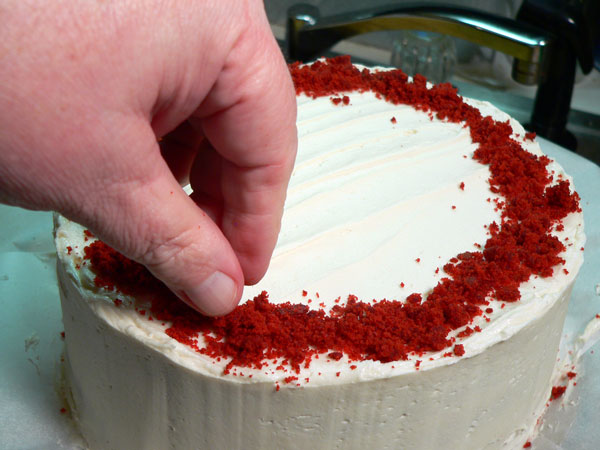 Red Velvet Cake, decorate the top.