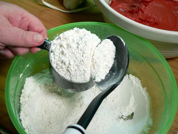 Red Velvet Cake, spoon the flour.