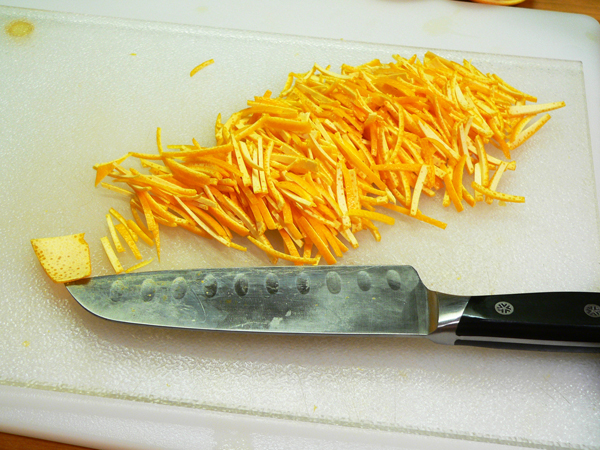 Citrus-Marmalade, slice the peel into fine slivers.
