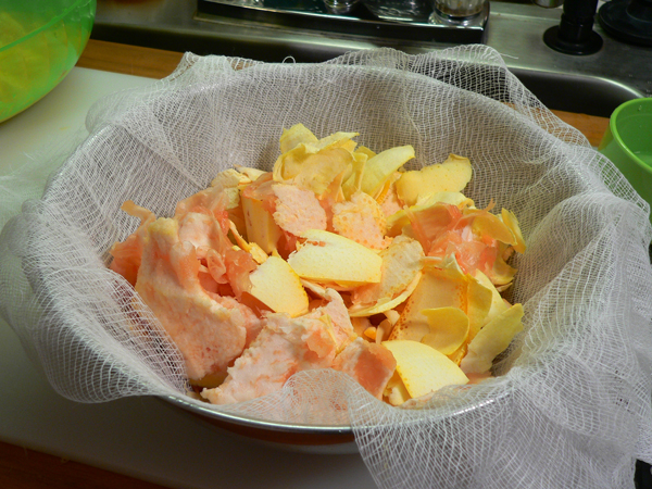 Citrus-Marmalade, place all the scraps in a double layer of cheesecloth.