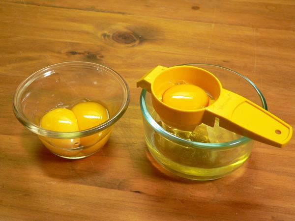 Pineapple Cake, separate the eggs.