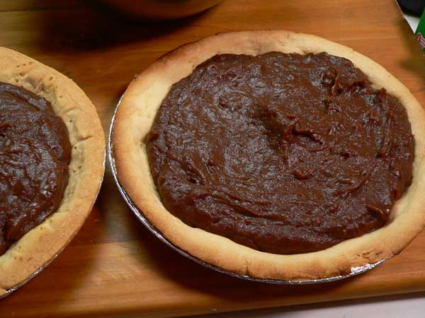 Chocolate Pie, spread the filling.